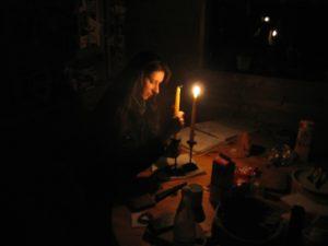 Stromausfall: Silke bereitet Kerzen vor